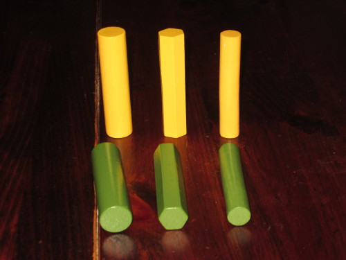 The columns come in four colors and three different sizes. This simple fact makes Villa Paletti so much fun to play.